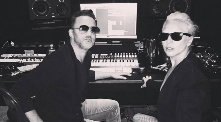 Lady Gaga戏弄与演播室照片的新专辑