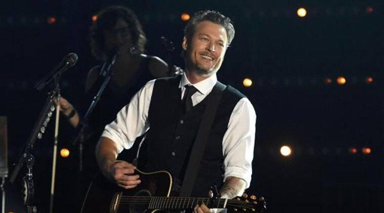 "Blake Shelton的新单曲是""直接看""进入他的生活"